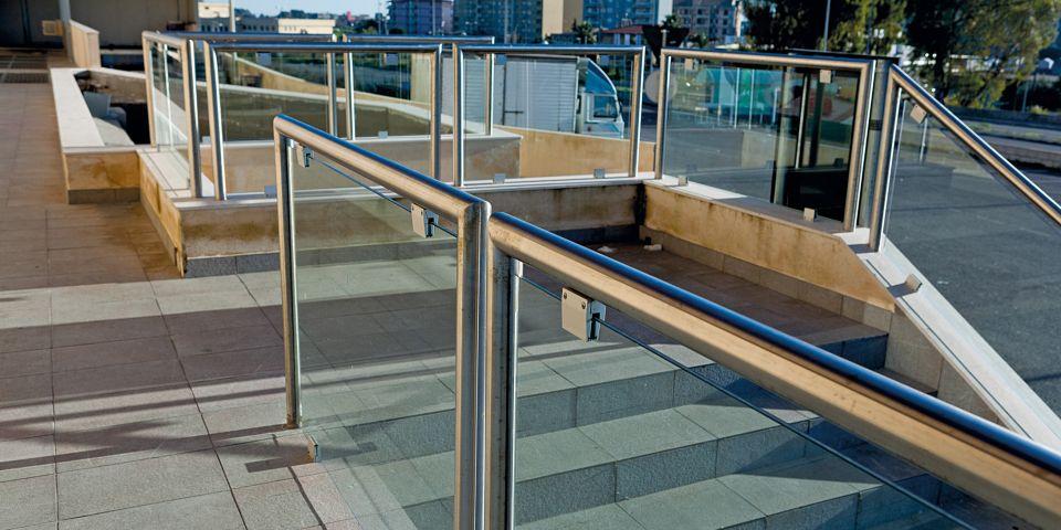 ringhiera moderna per esterno in acciaio inox e vetro