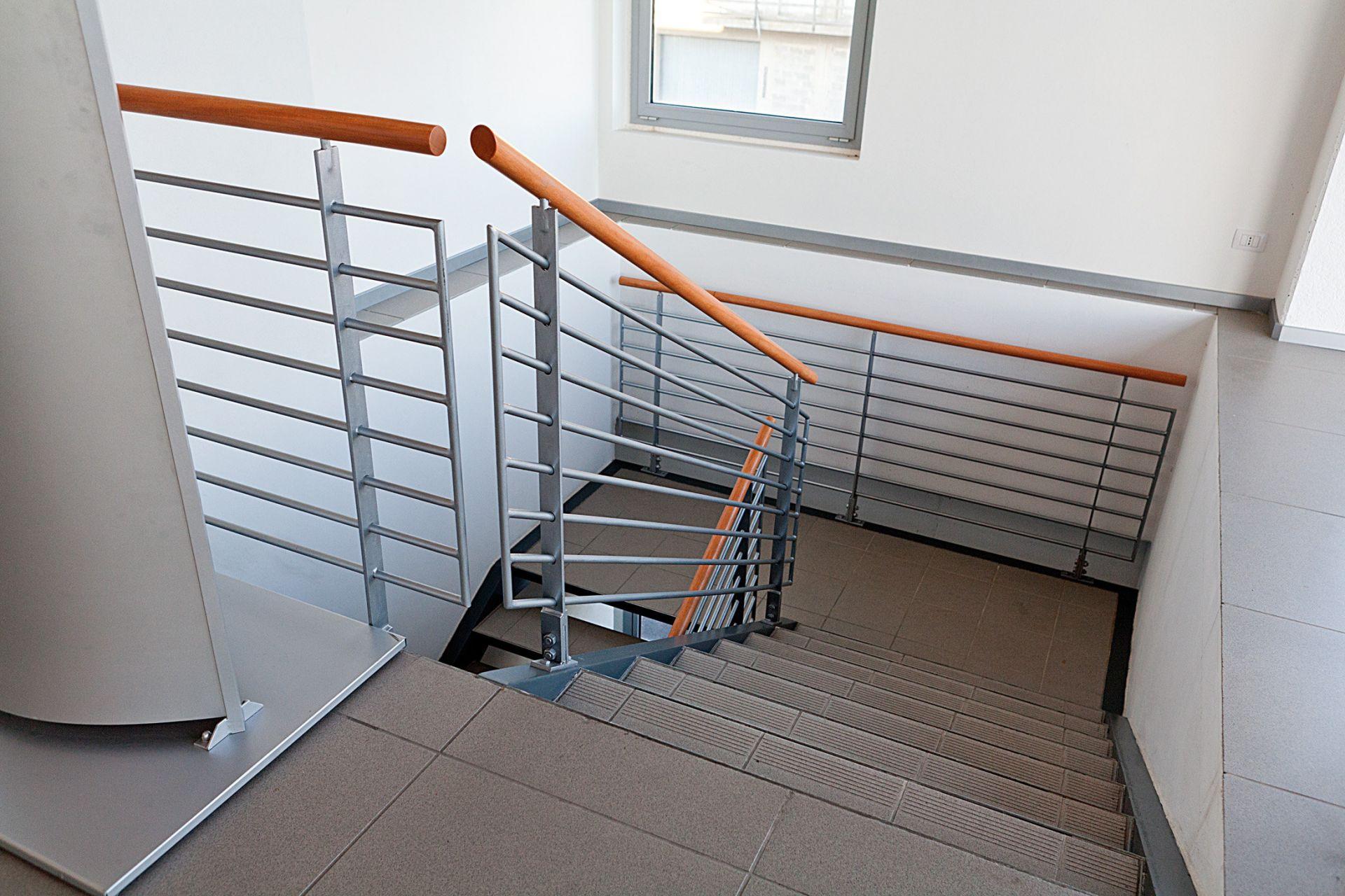 Realizzazione scala in acciaio per interni macauda - Scale rivestite in legno per interni ...