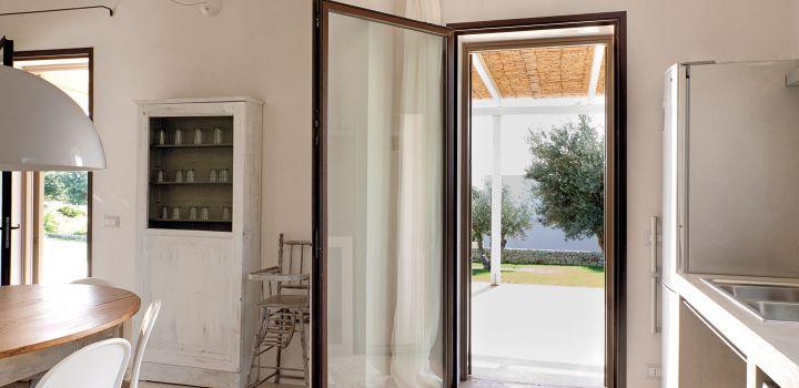 porta finestra in cor-ten aperta