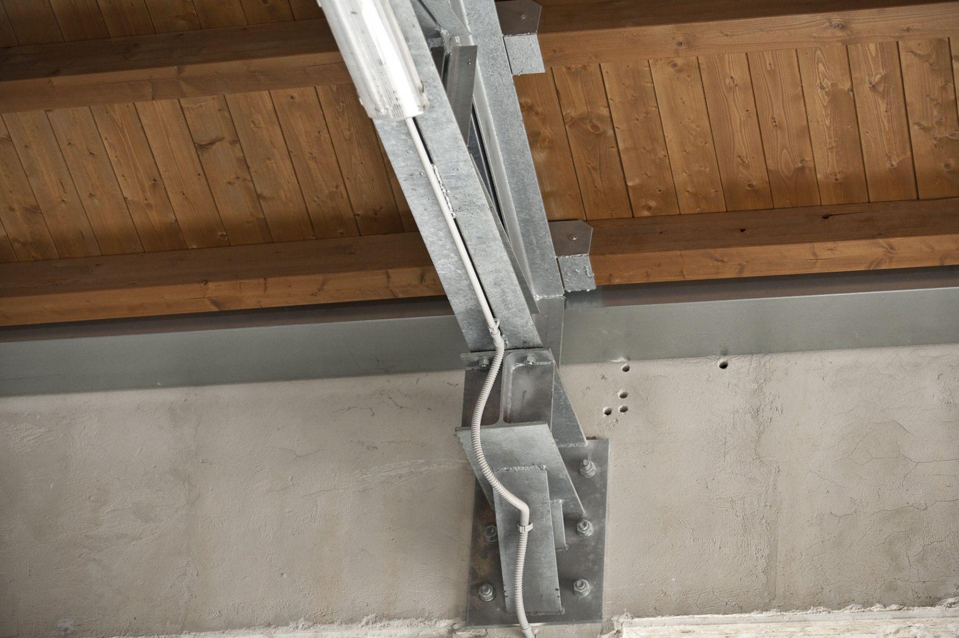 copertura in legno con capriate in acciao zincato per