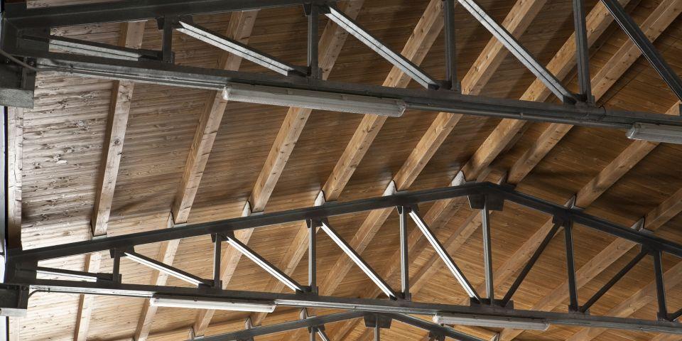 Copertura in legno con capriate in acciao zincato per capannone ...