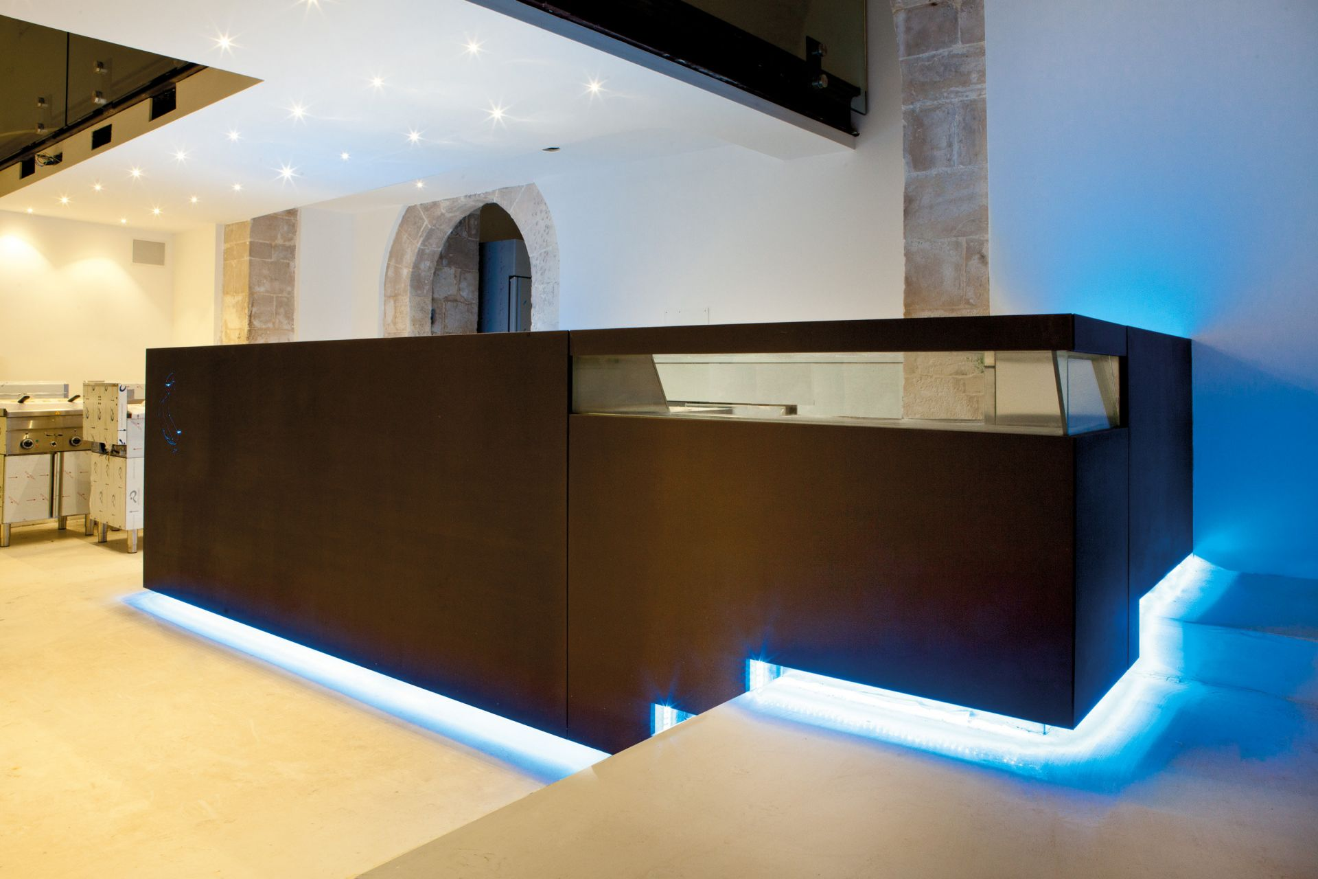 Bancone bar e pareti rivestiti in lamiere di acciao cort ten con led ...